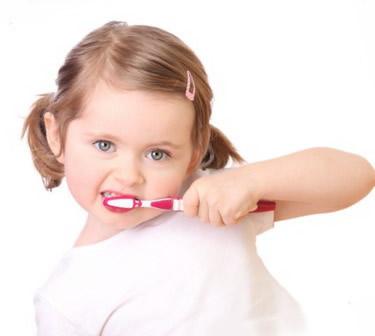 Odontologijos klinika Kaune pataria kaip prižiūrėti vaikų dantukus