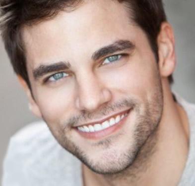 Vyras su implantuotais dantimis